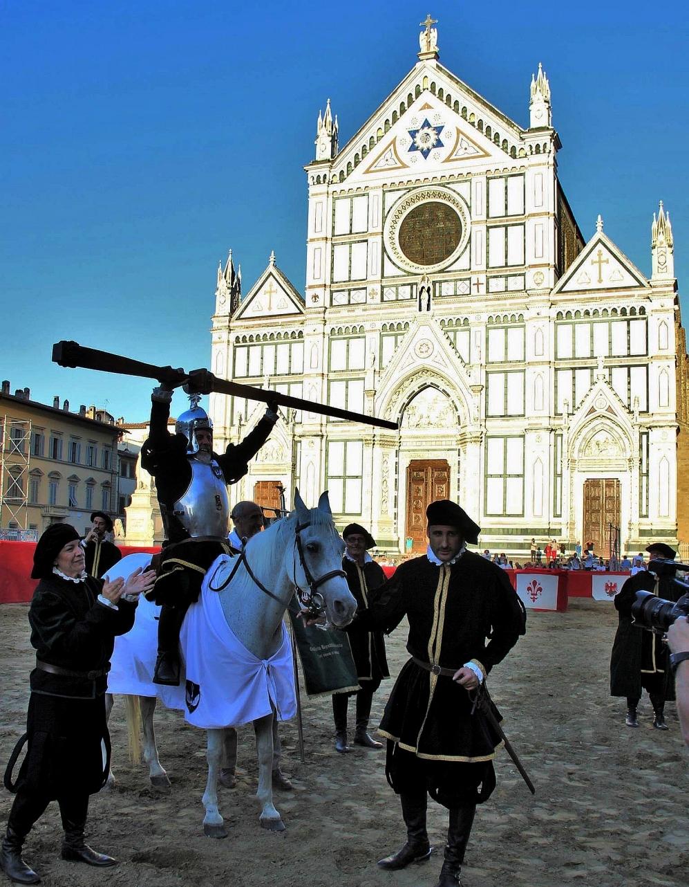 Parte Guelfa Giostra del Giglio 2017 il capitano di Santo Spirito Gandolfo Ventimiglia alza la lancia guelfa in Piazza Santa Croce
